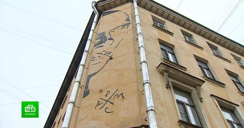 Петербургские чиновники судятся с ТСЖ чтобы убрать на доме граффити с Хармсом