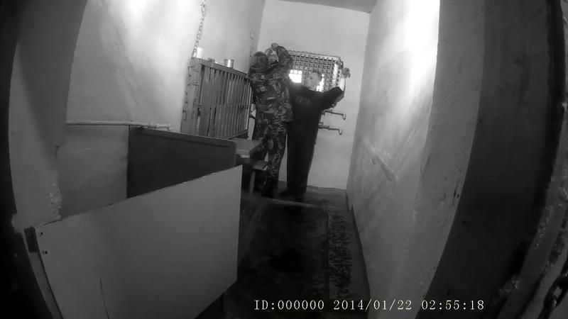 Пытка в ШИЗО Распятие Заключённого приковали 2 наручниками к решётке камеры в позе Христа в ИК 6