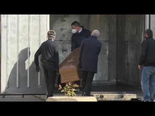 Coronavirus container frigo per bare a Tortona, stop delle pompe funebri a Bergamo
