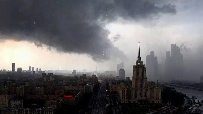 Апрельская гроза смывает Москву