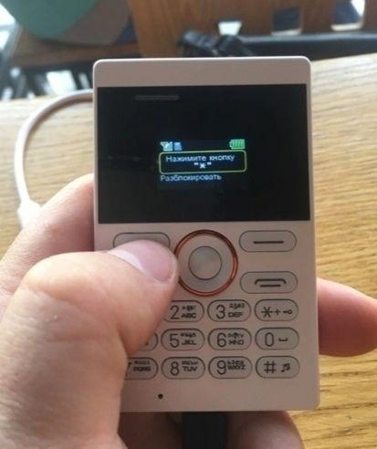 Бюджетный телефон размером с кредитку который можно носить в кошельке Есть русская раскладка
