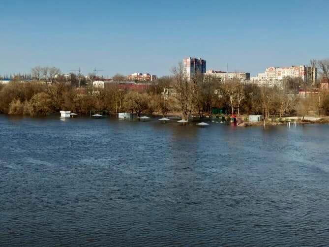 Разлив Десны на центральном городском пляжике в Володарочке