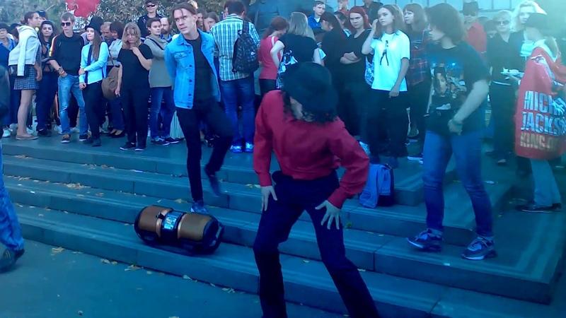 29 августа 2015 года. Novinsky bulvar. Moskow, Shalyapin Monument Happy Birthday Michael Jackson